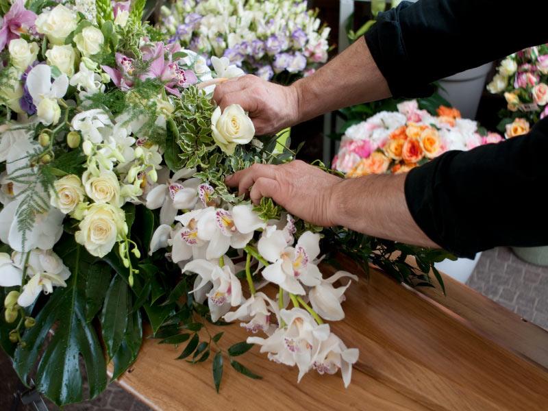 Gatti agenzia funebre - Onoranze funebri crema - Addobbi civili, religiosi e composizioni floreali